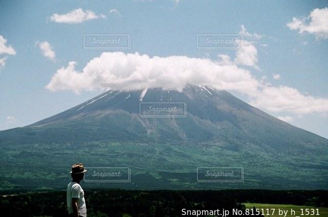 富士山の前に立っている男性の写真・画像素材[815117]