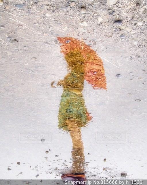 水たまりに映る女の子の写真・画像素材[815666]