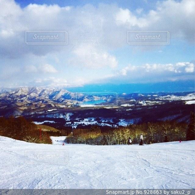 雪をスノーボードに乗る男覆われた斜面 - No.928863