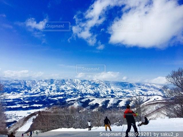 雪に覆われた斜面をスキーに乗っている人のグループの写真・画像素材[929281]