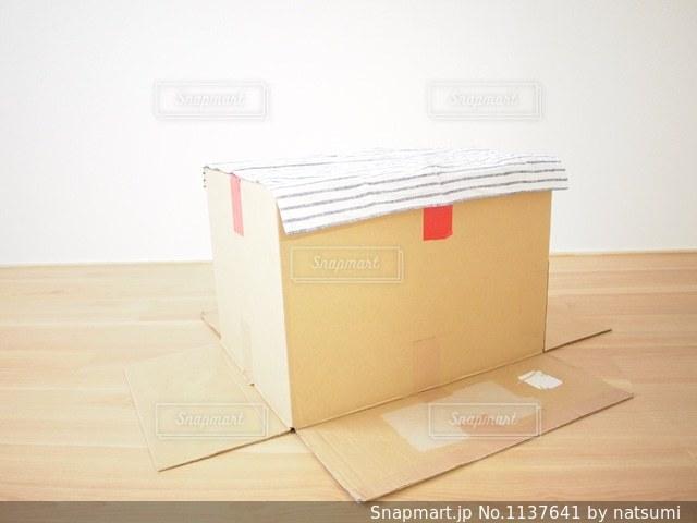 テーブルのかわりに段ボール箱の写真・画像素材[1137641]