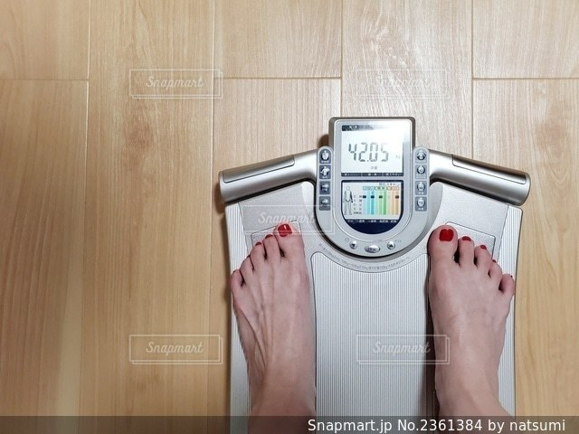 体重計 体重 計測 女性 30代の写真・画像素材[2361384]