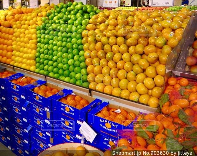 果物店でディスプレイ上の行の写真・画像素材[903630]