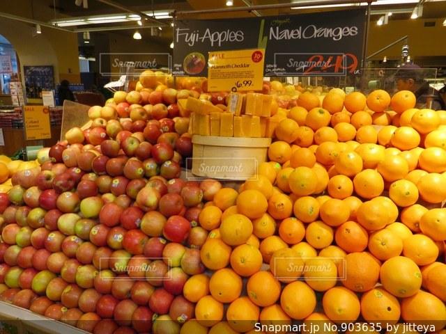 店のディスプレイ上のオレンジのグループの写真・画像素材[903635]