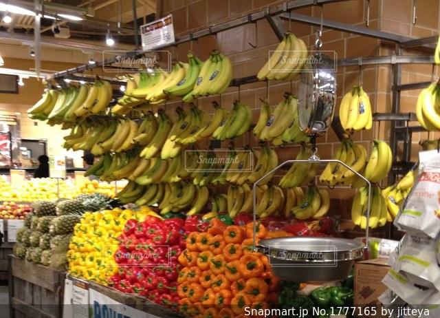 スーパーのバナナ陳列の写真・画像素材[1777165]