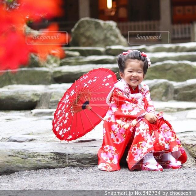 ピンクの傘を持つ少女の写真・画像素材[842734]