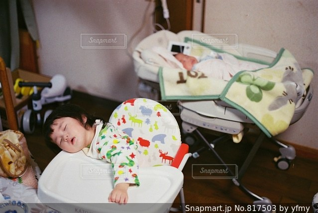 テーブルの上に座って赤ちゃんの写真・画像素材[817503]