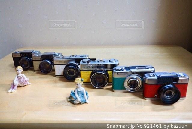 近くにおもちゃの車のアップの写真・画像素材[921461]