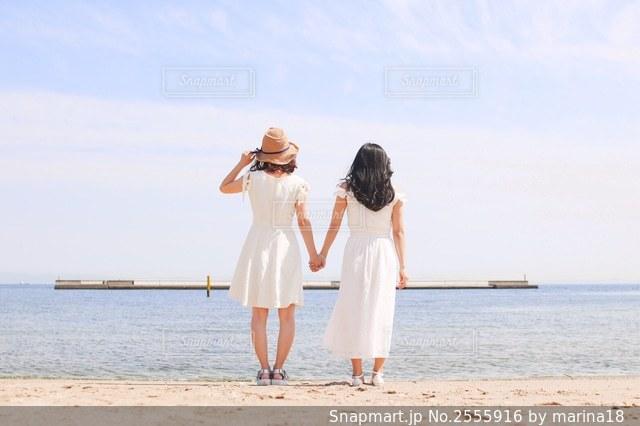 浜辺に立っている人の写真・画像素材[2555916]