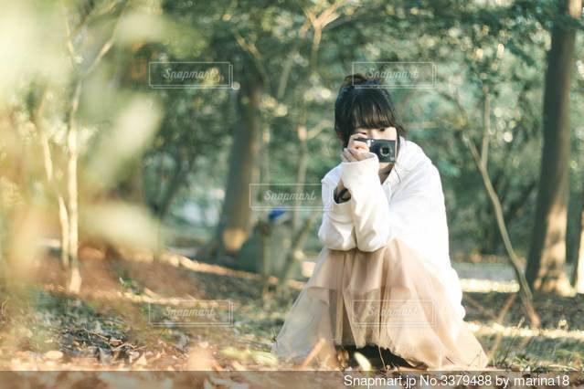 カメラで撮影してる女の子の写真・画像素材[3379488]