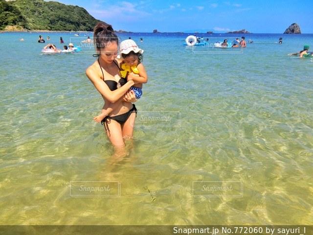 水中を泳ぐ女性の写真・画像素材[772060]