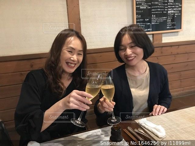 ワインのグラスを持っている人の写真・画像素材[1646256]