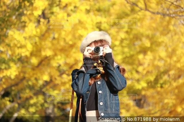 カメラを構える女性の写真・画像素材[871988]