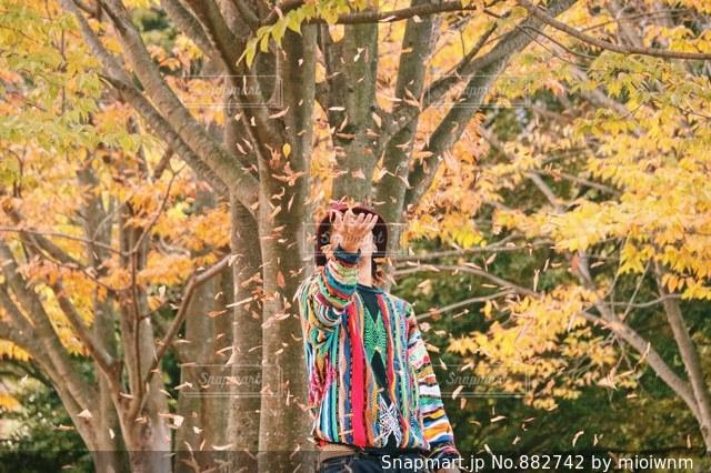 木の隣に立っている人の写真・画像素材[882742]