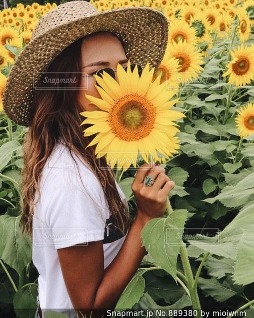 帽子をかぶっている女性の写真・画像素材[889380]