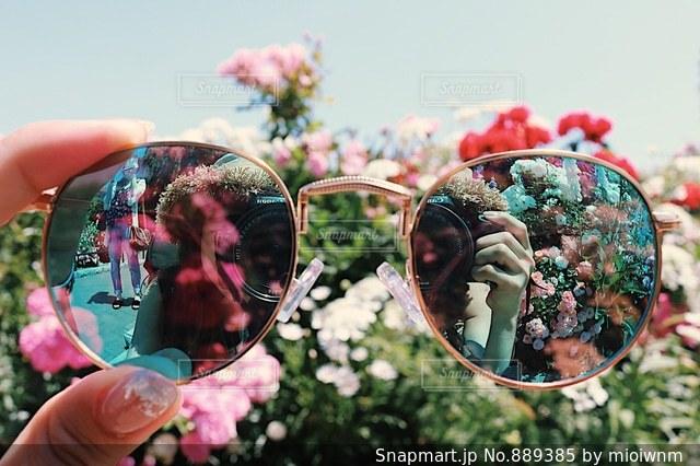 花を持っている人の写真・画像素材[889385]