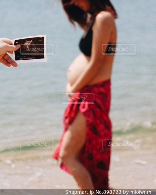 ビーチの上を歩く人の写真・画像素材[898723]