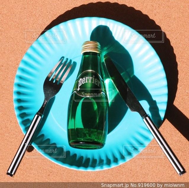 テーブルに座っている人の写真・画像素材[919600]