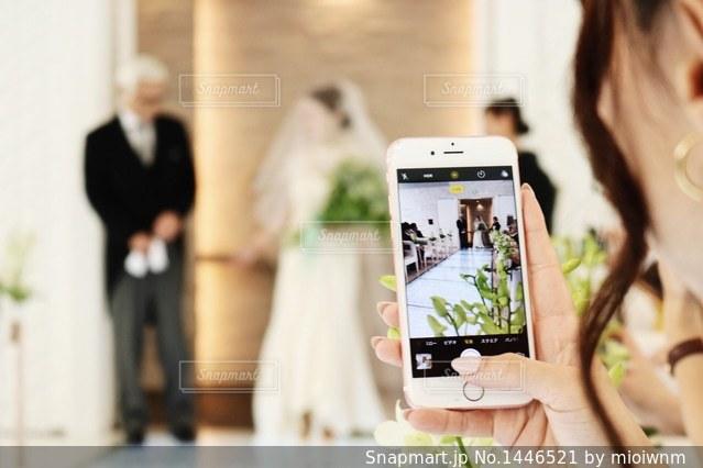 彼女の携帯電話を見ている女性の写真・画像素材[1446521]
