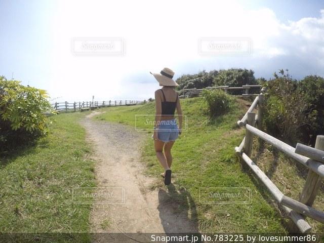 未舗装の道路を歩いて男の写真・画像素材[783225]