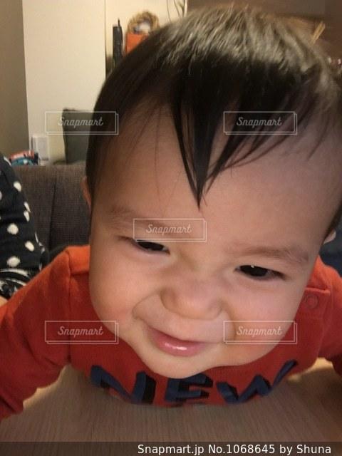 カメラを見て少年の写真・画像素材[1068645]