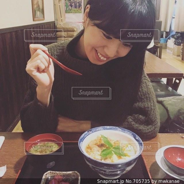 食事のテーブルに座って男の子の写真・画像素材[705735]