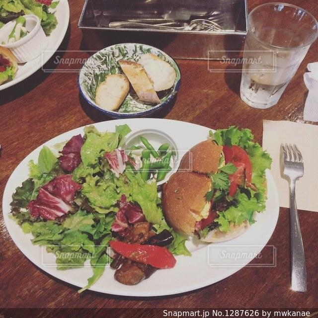 テーブルの上に食べ物のプレートの写真・画像素材[1287626]
