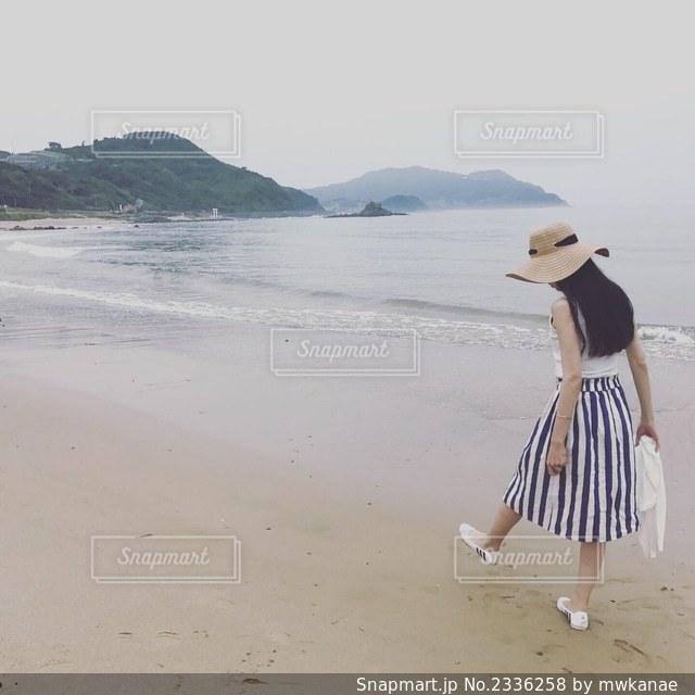浜辺に立っている人の写真・画像素材[2336258]