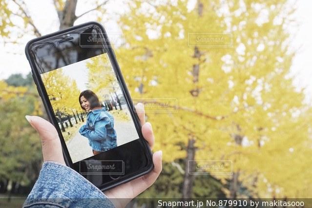 携帯電話を持つ手の写真・画像素材[879910]