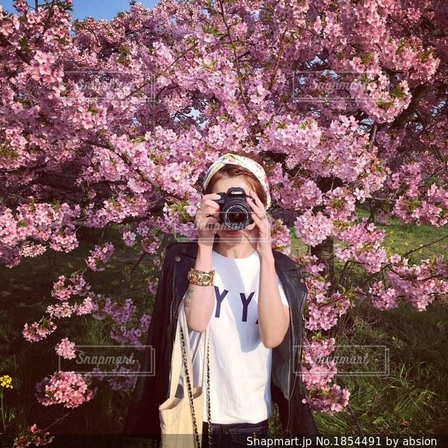 花の前に立っている女性の写真・画像素材[1854491]