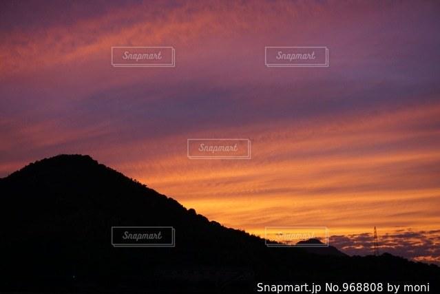背景の山と夕日の写真・画像素材[968808]