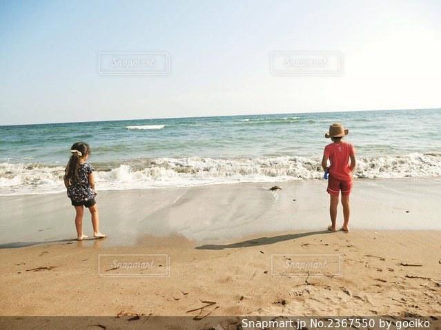 砂浜の上に立つ人の写真・画像素材[2367550]