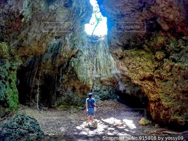 岩の上に乗って男の写真・画像素材[915808]