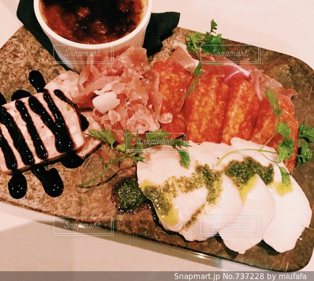 テーブルの上に食べ物のプレート - No.737228