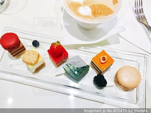 テーブルの上に食べ物のプレートの写真・画像素材[805475]
