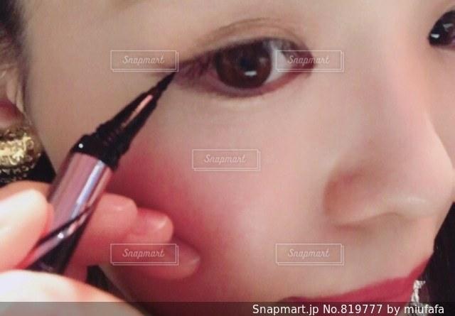 近くに口の中に歯ブラシを持つ少女のアップ - No.819777
