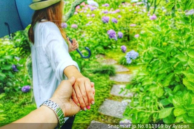 庭に立っている人の写真・画像素材[811869]