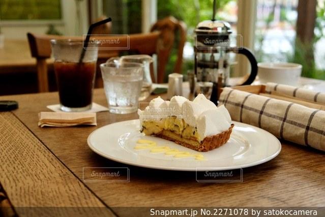 木製のテーブルの上に座っているケーキのスライスの写真・画像素材[2271078]
