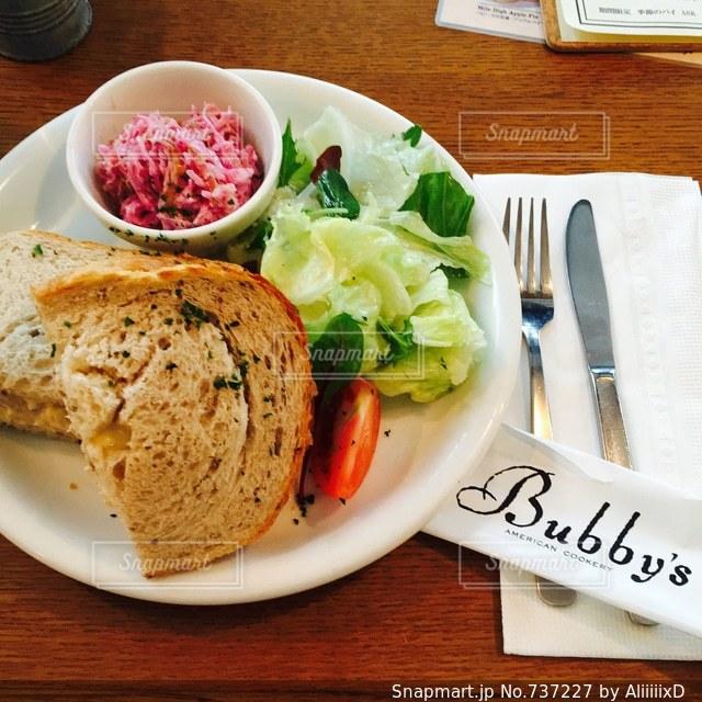 テーブルの上に食べ物のプレート - No.737227