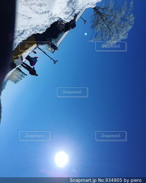 スキーに乗っている間空気を通って飛んで男 - No.934905