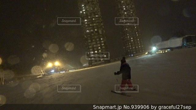 雪をスノーボードに乗る男覆われた斜面 - No.939906