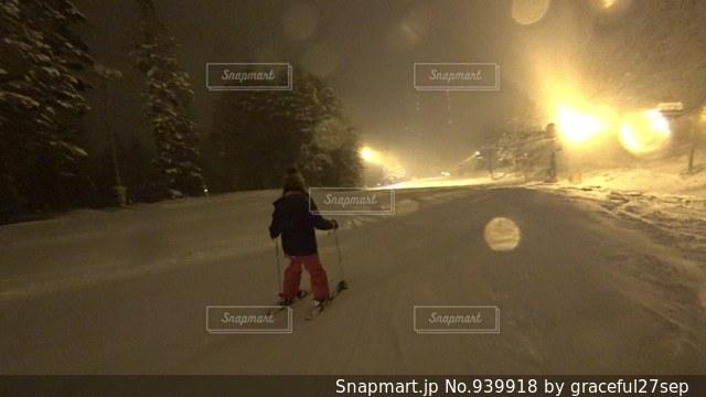 雪に覆われた斜面をスキーに乗る男の写真・画像素材[939918]