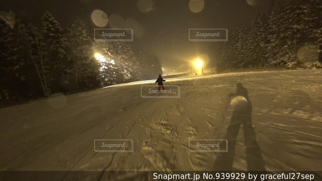雪に覆われた斜面をスキーに乗る男の写真・画像素材[939929]