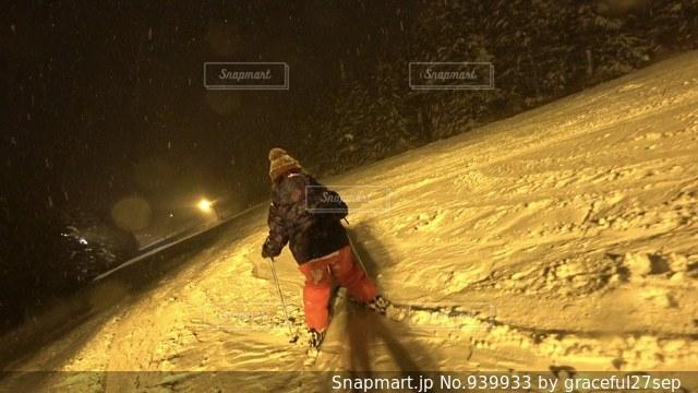 雪に覆われた斜面をスキーに乗る男の写真・画像素材[939933]