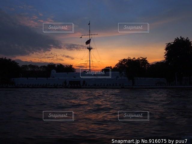 水の体に沈む夕日の写真・画像素材[916075]