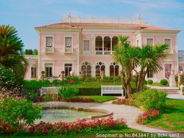 建物の前に茂みに家の写真・画像素材[843447]