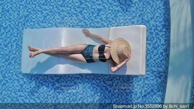 プールで休憩の写真・画像素材[3552896]