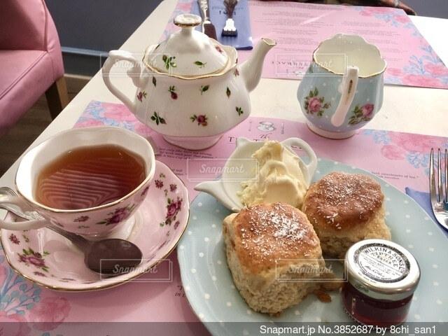 食べ物の皿とコーヒー1杯の写真・画像素材[3852687]
