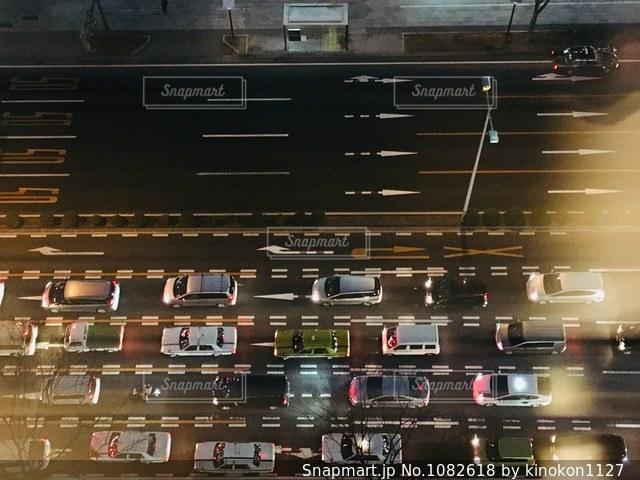 信号待ちの車の夜景の写真・画像素材[1082618]