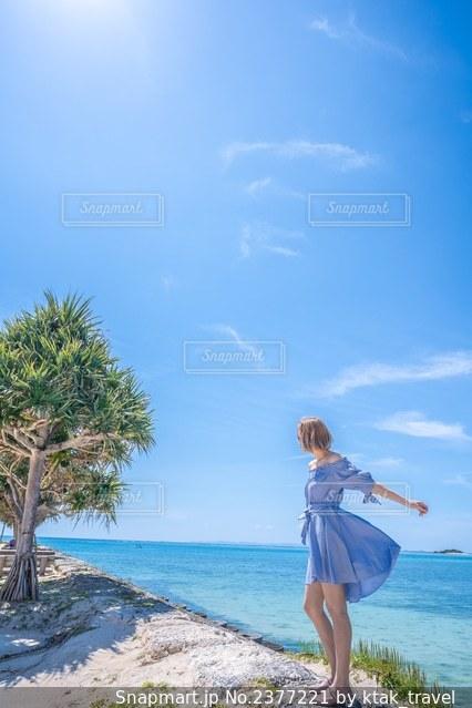 海と女性の写真・画像素材[2377221]